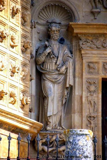 Imagen de San Pedro situada en la Portada de la Parroquia